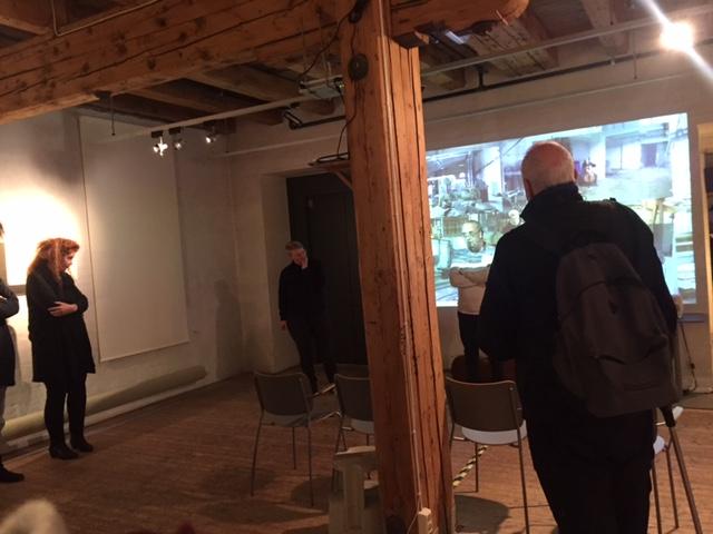 Lene Grenager forteller om utstillingen under åpningen