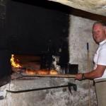 En sjelden gang bakes det fremdeles i det gamle bakeriet. Her er baker Niels  Halkjær ved de gamle ovnene. Foto: Lillian Nyborg