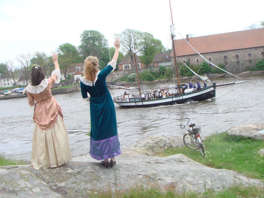 Flotte 1700-talls damer vinker til sjømenn fra Isegran