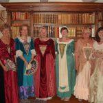 Flotte damer i flotte drakter i Isegranhuset. Foto Turid Alstad Hop.