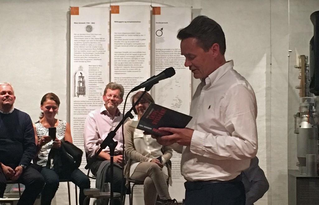 Mann leser foran publikum.Foto: Tiger Garté