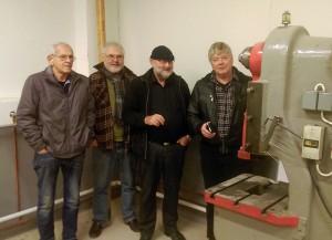 Noen av våre hjelpere ved eksenterpressen: Fra venstre: Willy Mørkhagen, Øyvind Andreassen, Terje Casper Halvorsen og Fred Iversen (leder av Stiftelsen for industrihistorisk bevarelse i mossedistriktet)