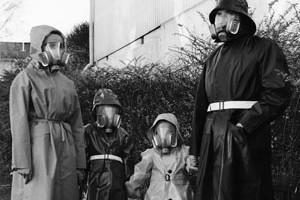 Bilde av familie med folkegassmaska