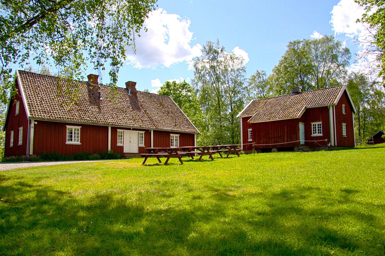 Hagastua til venstre, Gutustua til høyre. Foto: Espen Nordenhaug