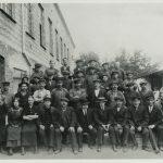 Gruppebilde av den første arbeidsstokken ved Christiania Staal- og Jernvarefabrik A/S i 1915. Foto: Østfold fylkes billedarkiv