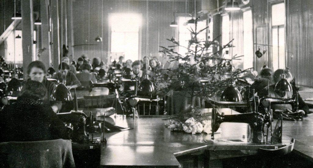 Syersker i arbeid i julepyntede systuer ved Helly Hansen i 1939. Fotograf ukjent / Moss by- og industrimuseum