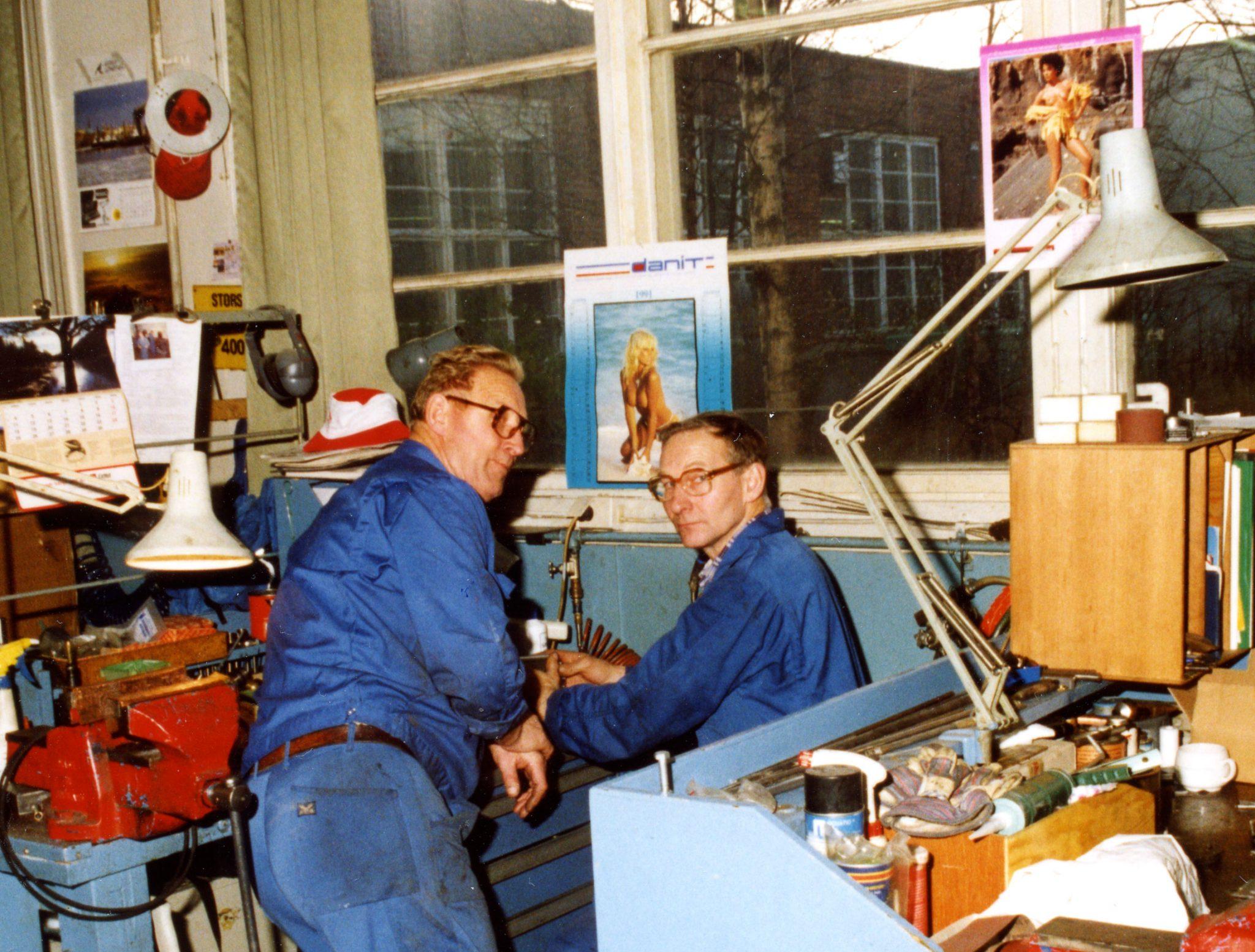 Maskinvedlikehold. Fra vestre: Thomas Pettersen og Arild Slåttnes. Foto: TrioVing-samlingen ved Moss-by og industrimuseum